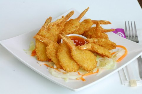 fried butterfly shrimp with dipping sauce