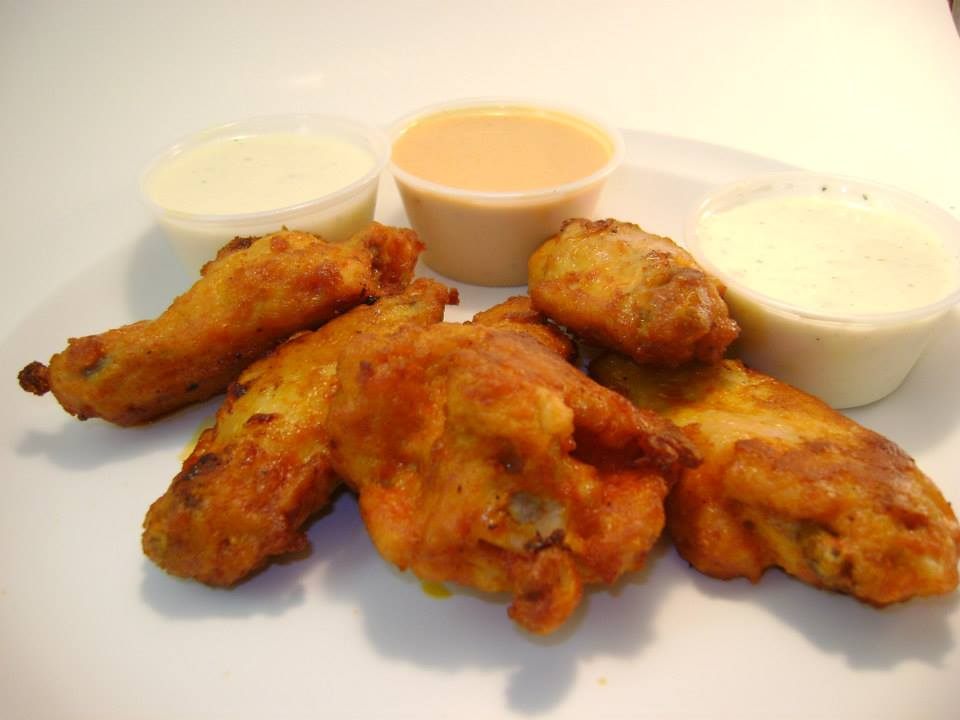 buffalo wings with dipping sauce