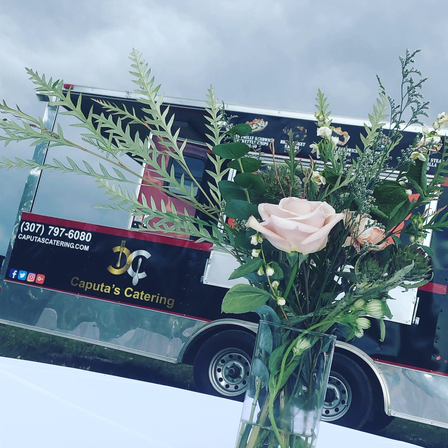 lake side wedding - caputa's catering food truck with floral centerpiece