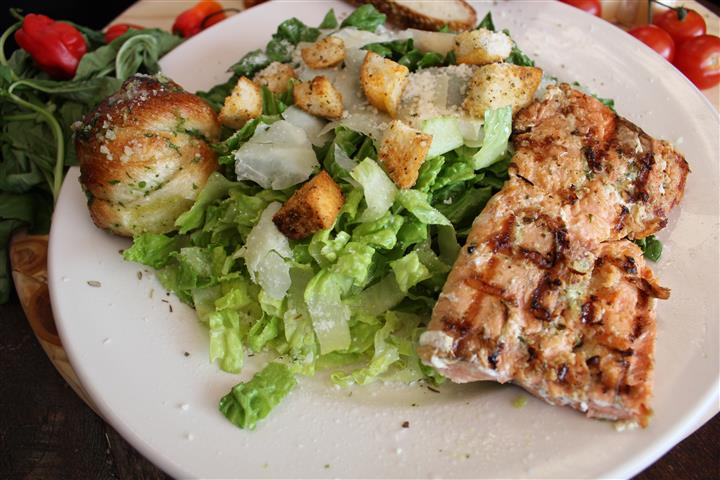 salad with grilled chicken slices