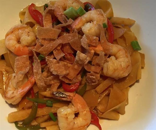 fried noodles with papardelle noodles, shrimp, and red and green peppers