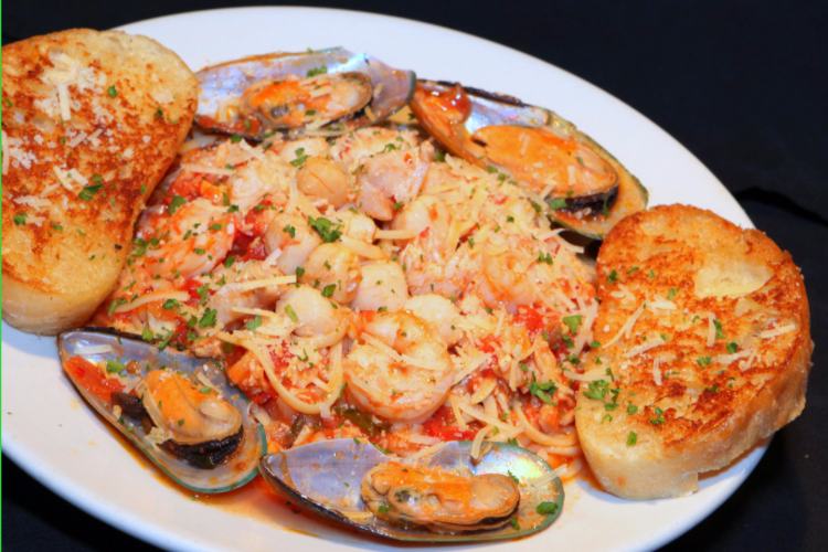 Big pescatori with shrimp, mussels, garlic bread and pasta