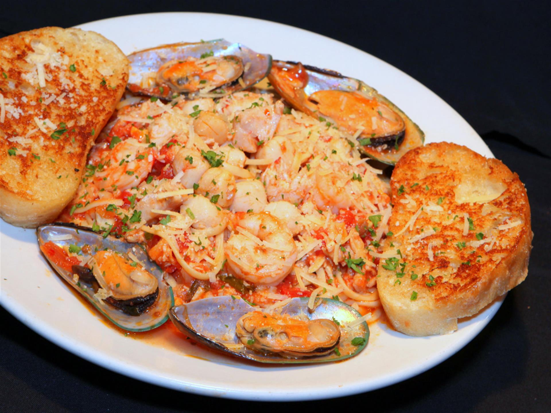 shrimp pasta with mussels and garlic bread