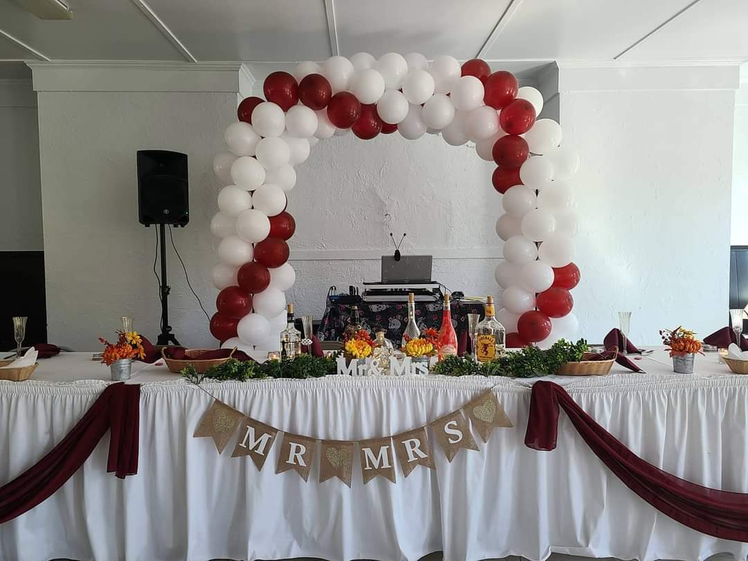 Event table setup with balloon arch