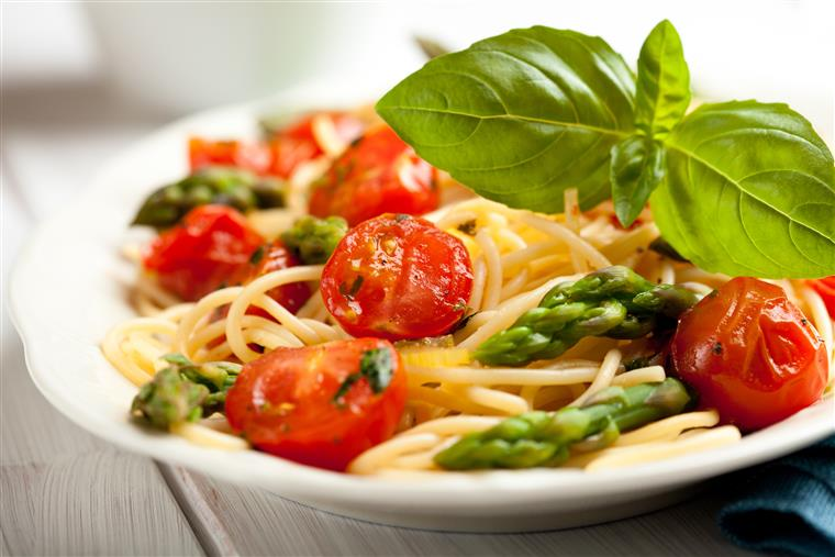 spaghetti tossed with fresh tomatoes, asparagus and olives