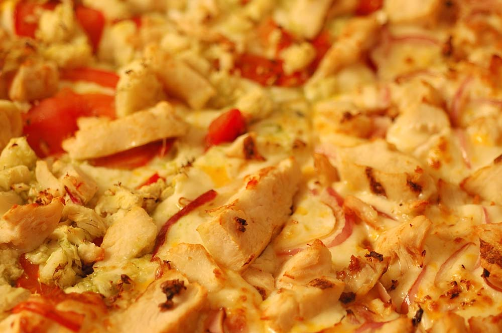 close up of garlic chicken pizza toppings