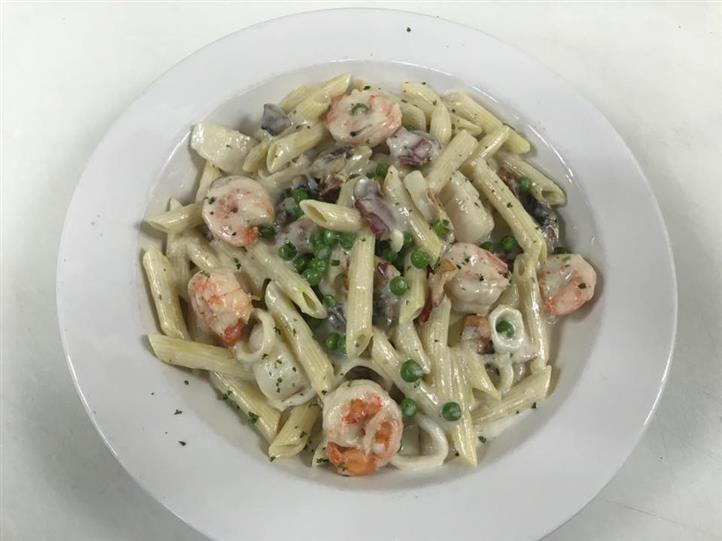 Penne alfredo with peas and shrimp