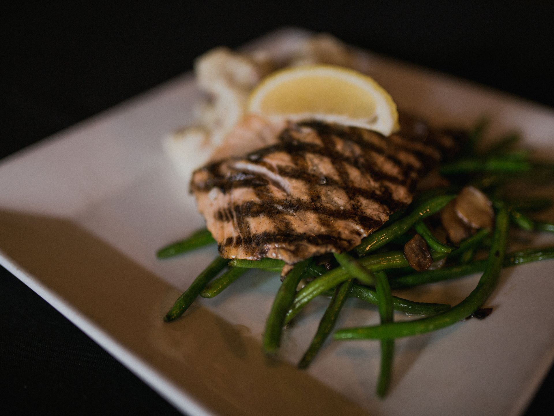 Grilled salmon with string beans and lemon