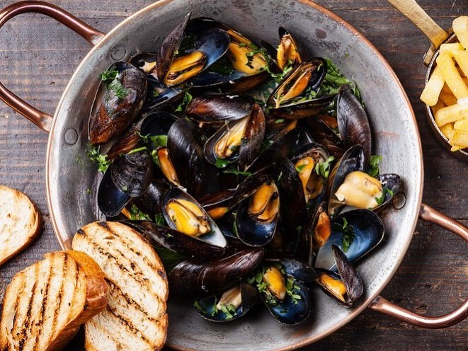 mussel pot with garlic bread on the side