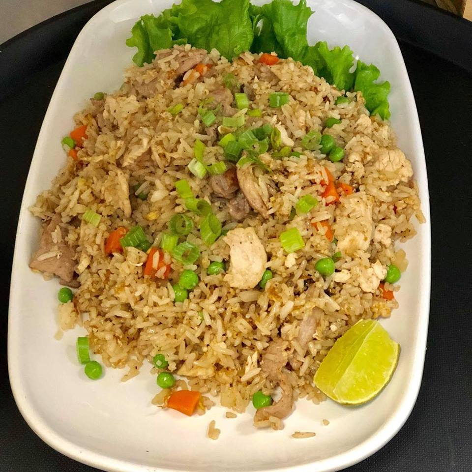 Thai fried rice with chicken and lime