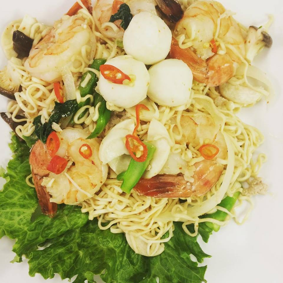 Instant noodle salad with shrimp and chilis