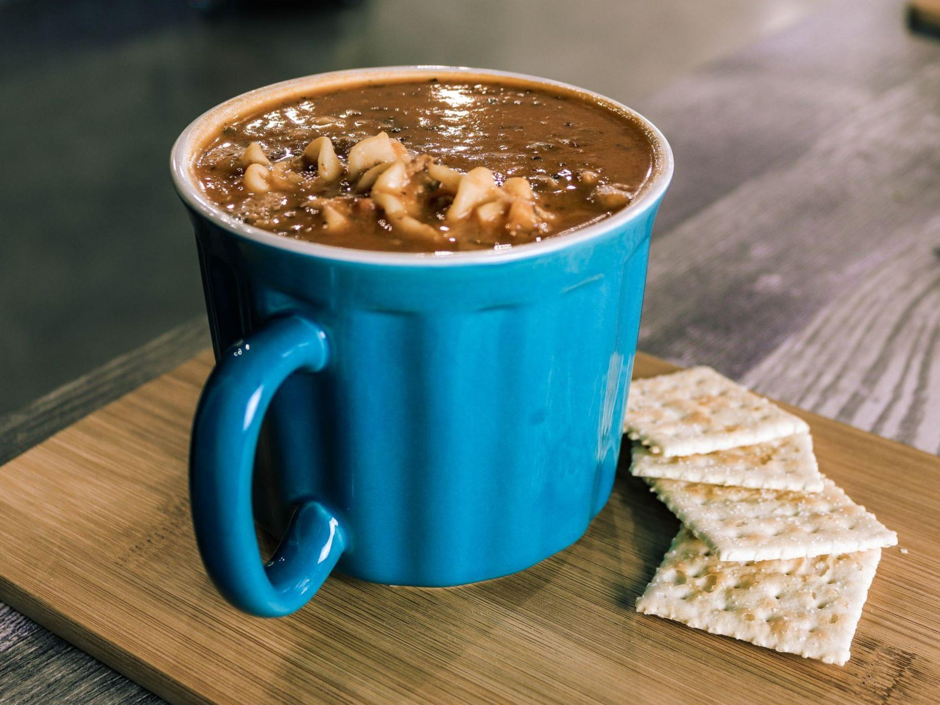Chilli in a mug with saltine crackers