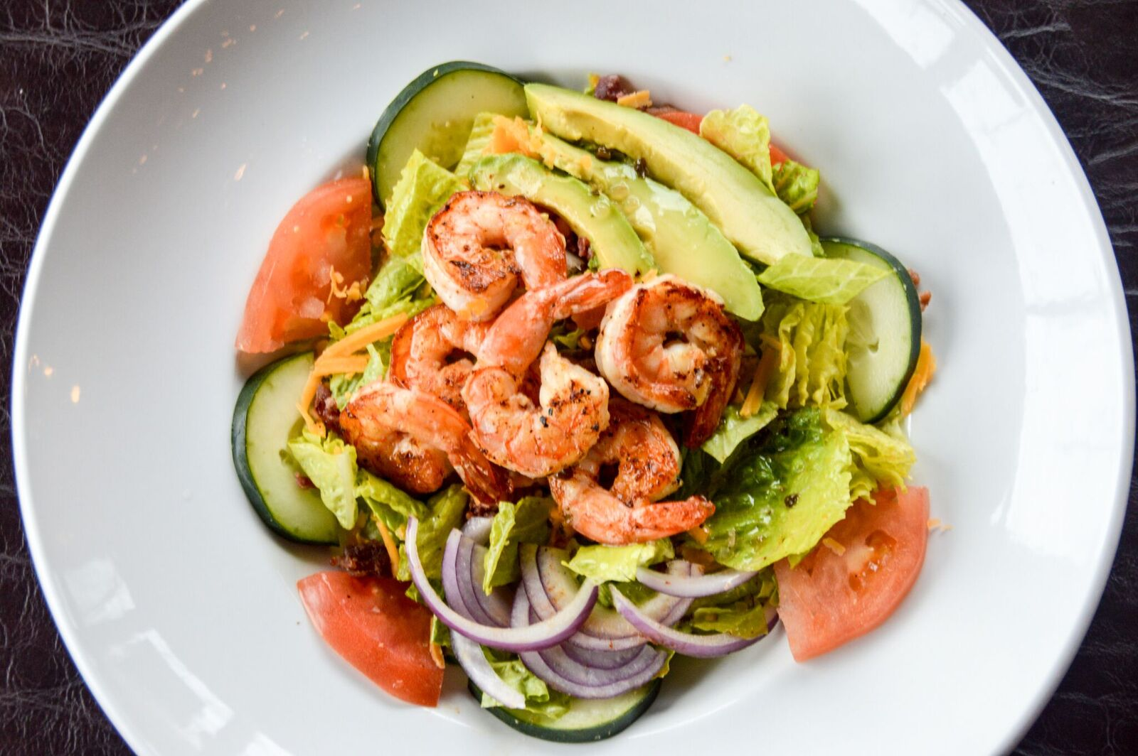 grilled shrimp salad with onions, tomatoes, avocado and cucumbers