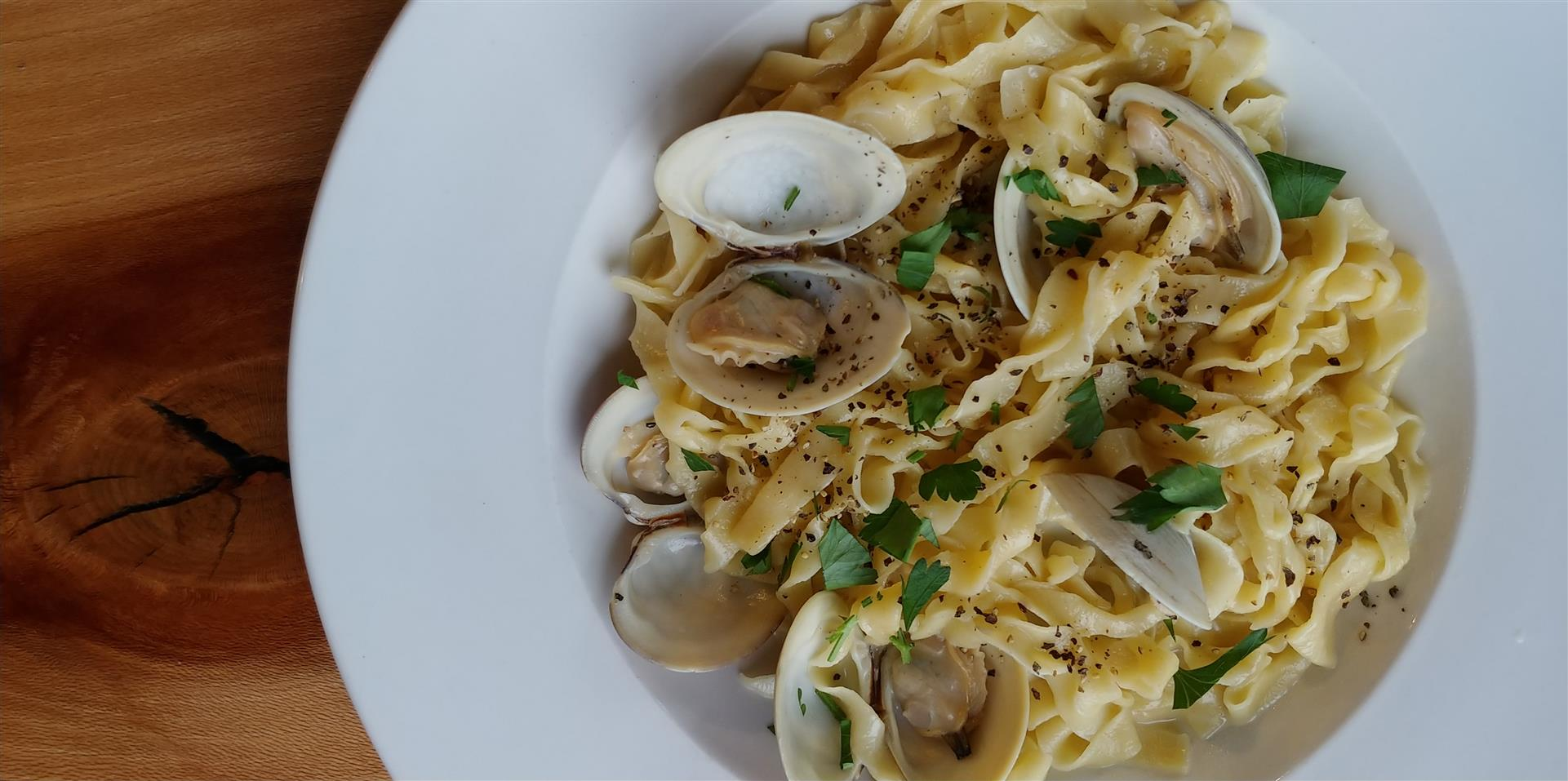Linguine with clam sauce and clams
