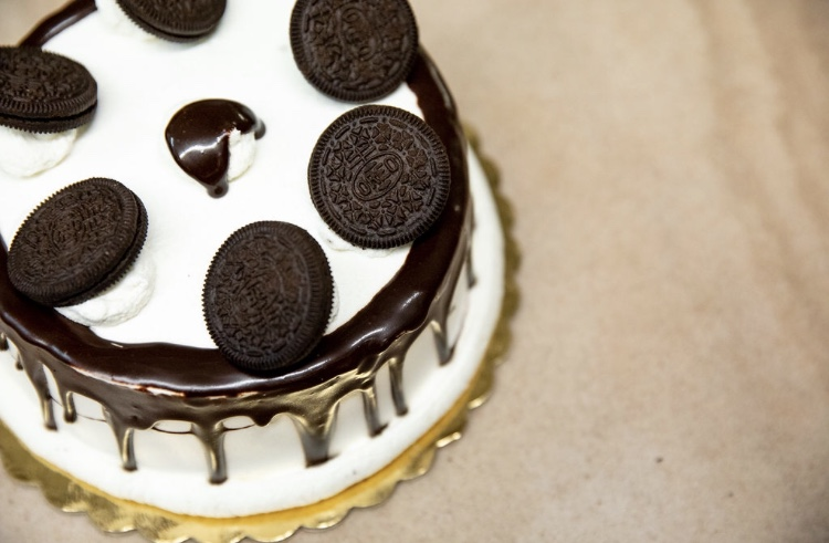 oreo cake with oreos and vanilla frosting