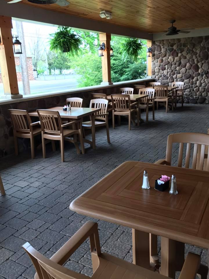 Outside seating area with set tables of Samosky's Homestyle Pizzeria