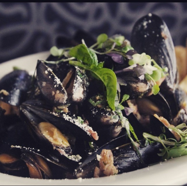 Mussels over mesclun greens