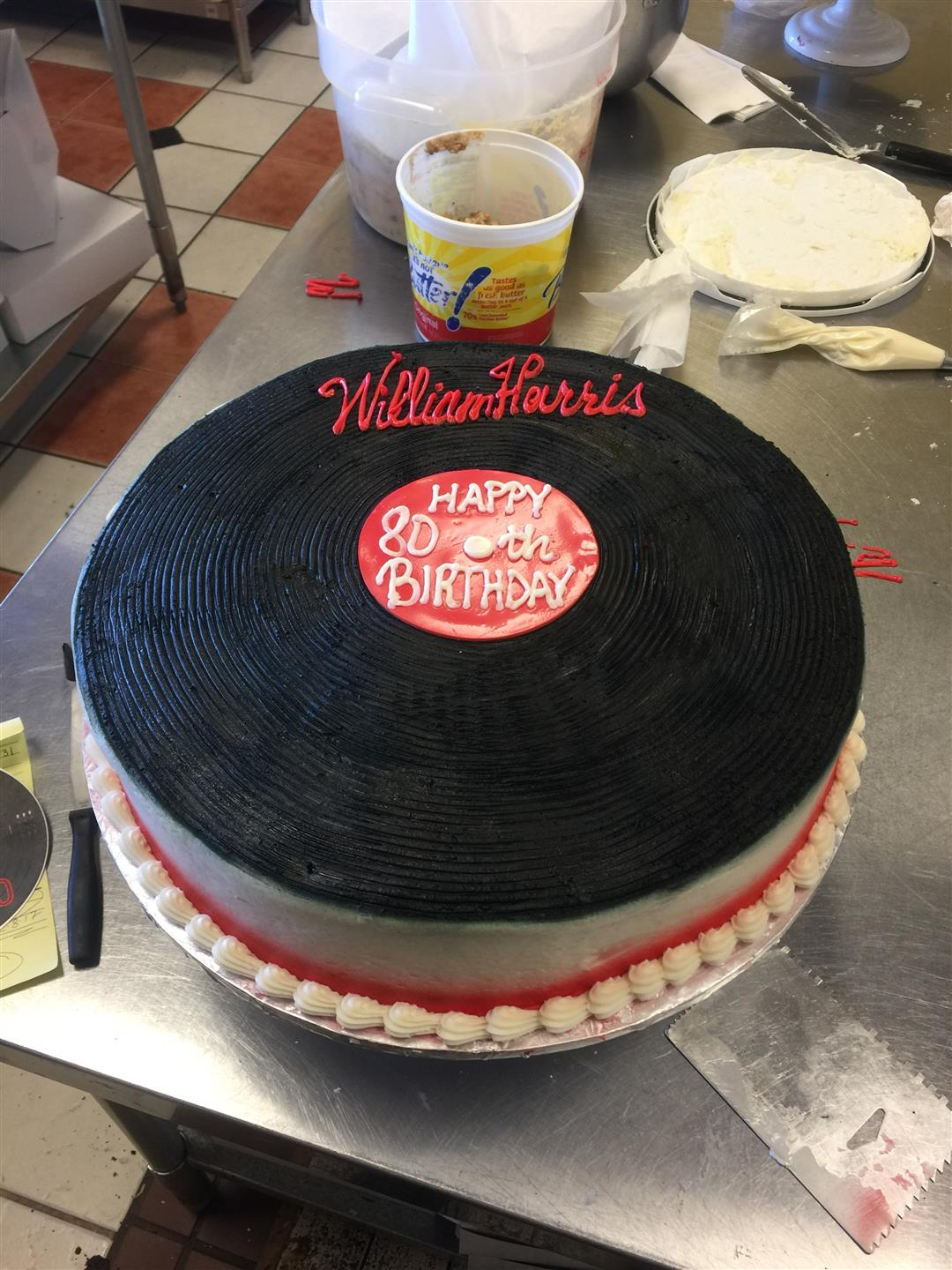 Cake shaped like a vinyl disk