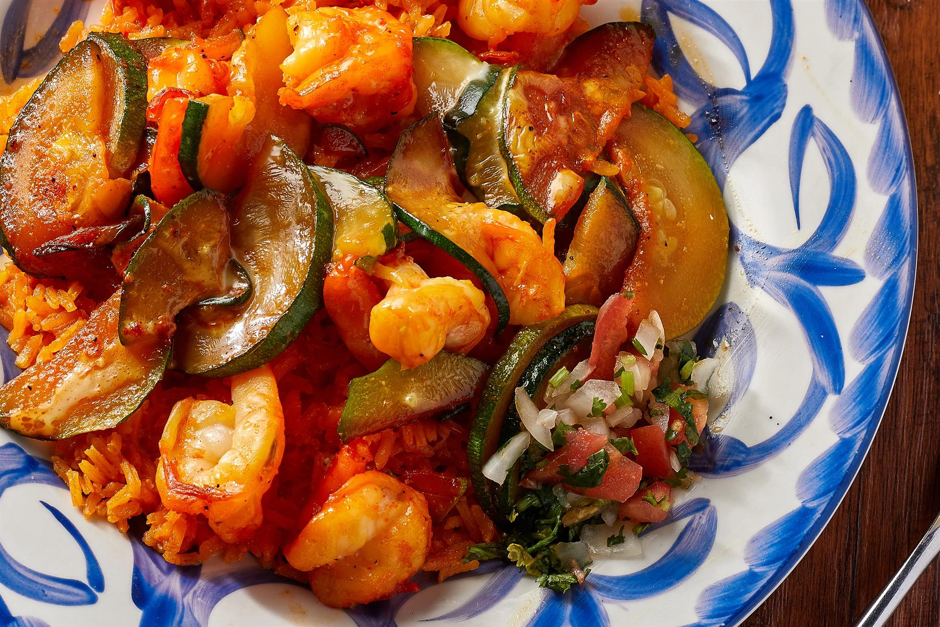 grilled shrimp and vegetables over spanish rice with pico de gallo