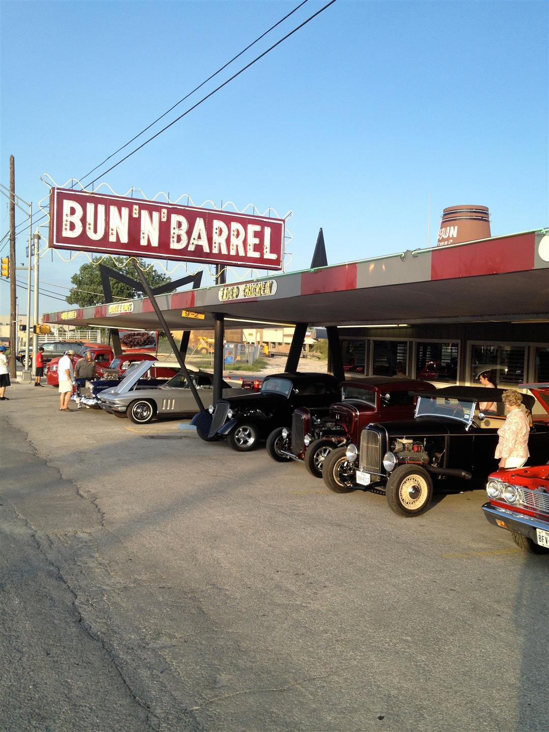 Bun-N-Barrel outdoor carhop with original sign