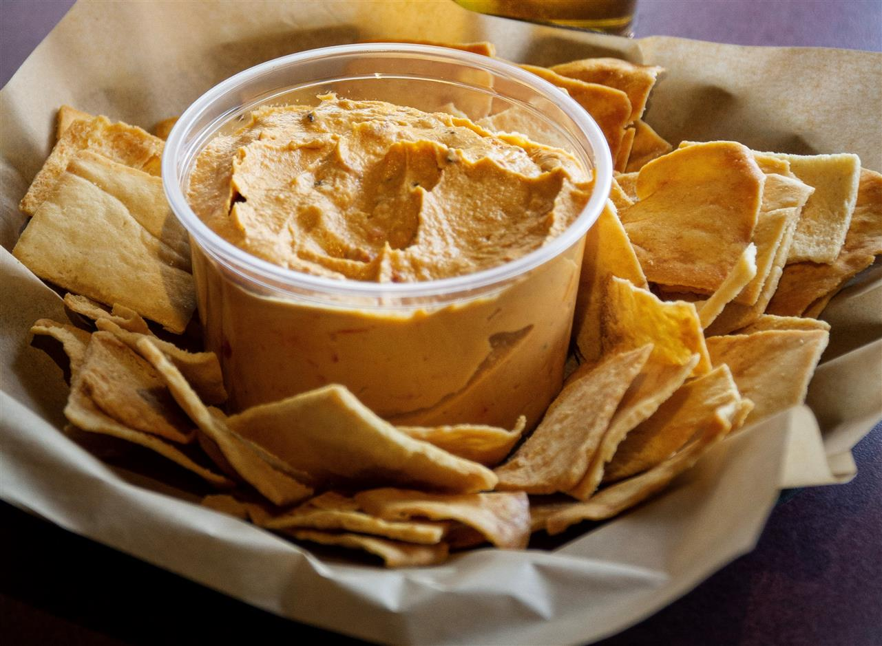 Roasted red pepper Hummus & pita chips