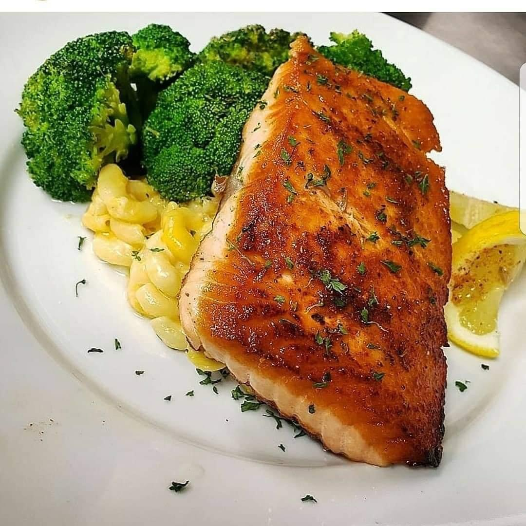salmon with side of mac n cheese and broccoli