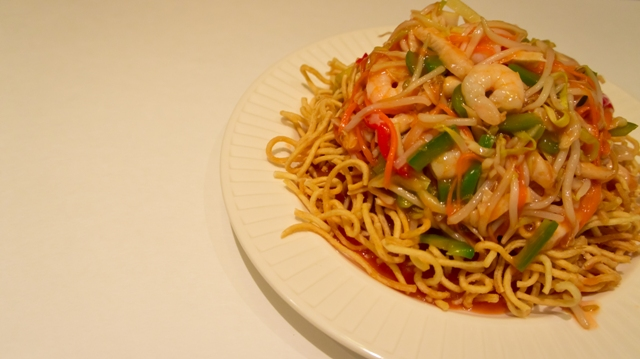 seafood lo mein with shrimp, noodles, carrots, onions, peppers, and scallions