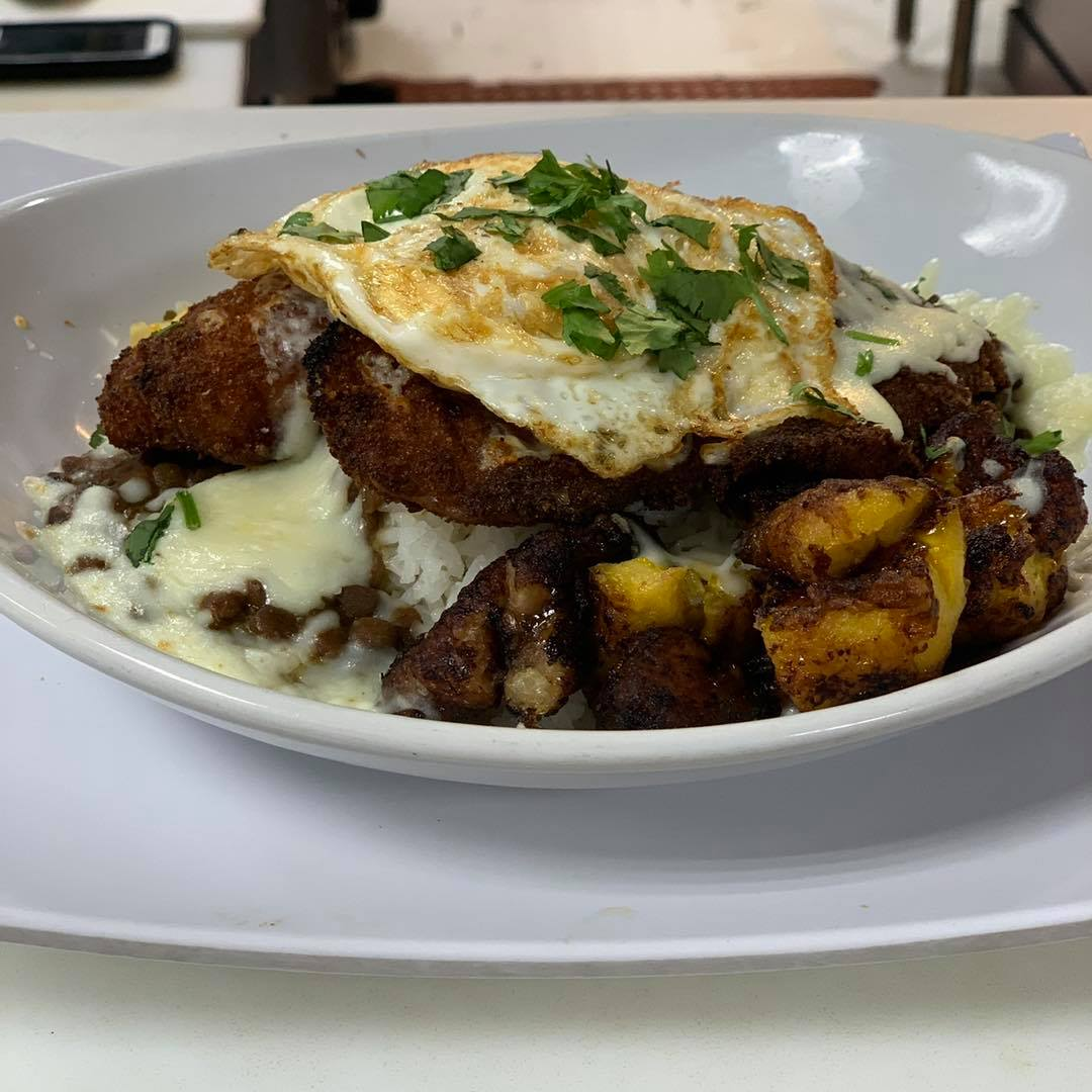 PECHUGA DE POLLO APANADA PLATTER: Breaded chicken breast with corn and a fried egg
