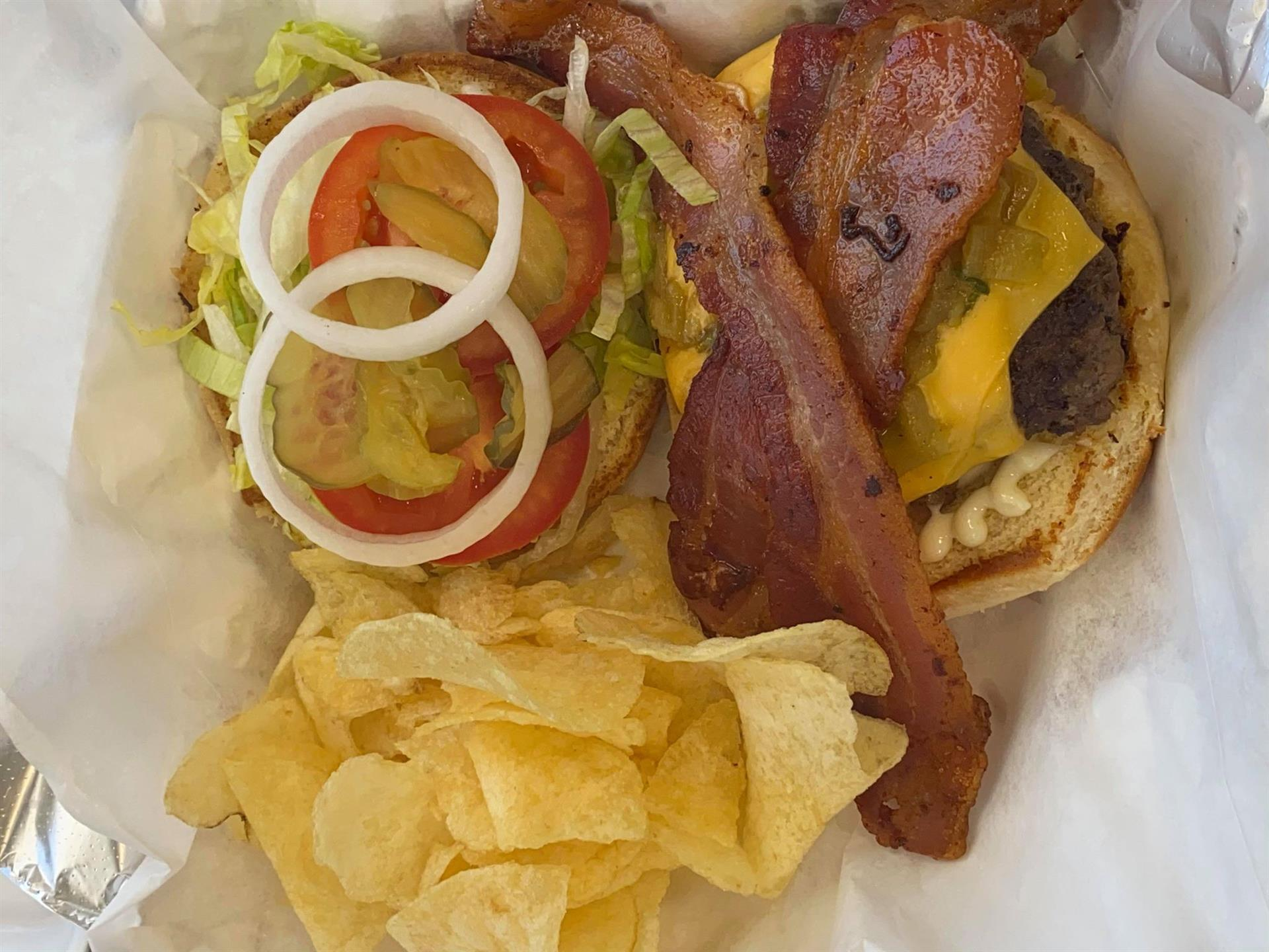 bacon cheeseburger with chips