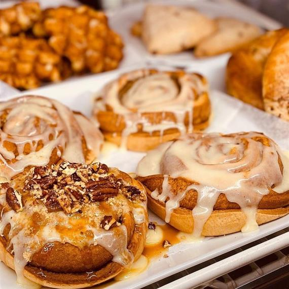trays of pastires and cinnamon rolls