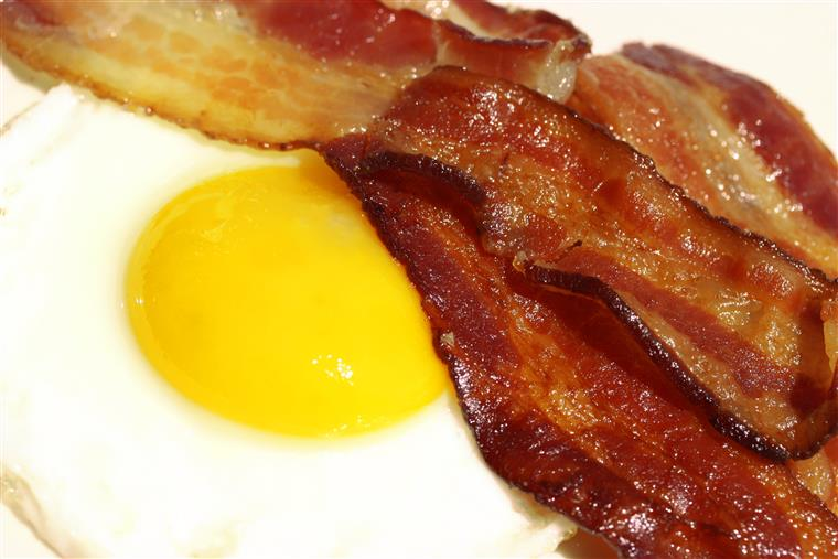 bacon strips and fried egg