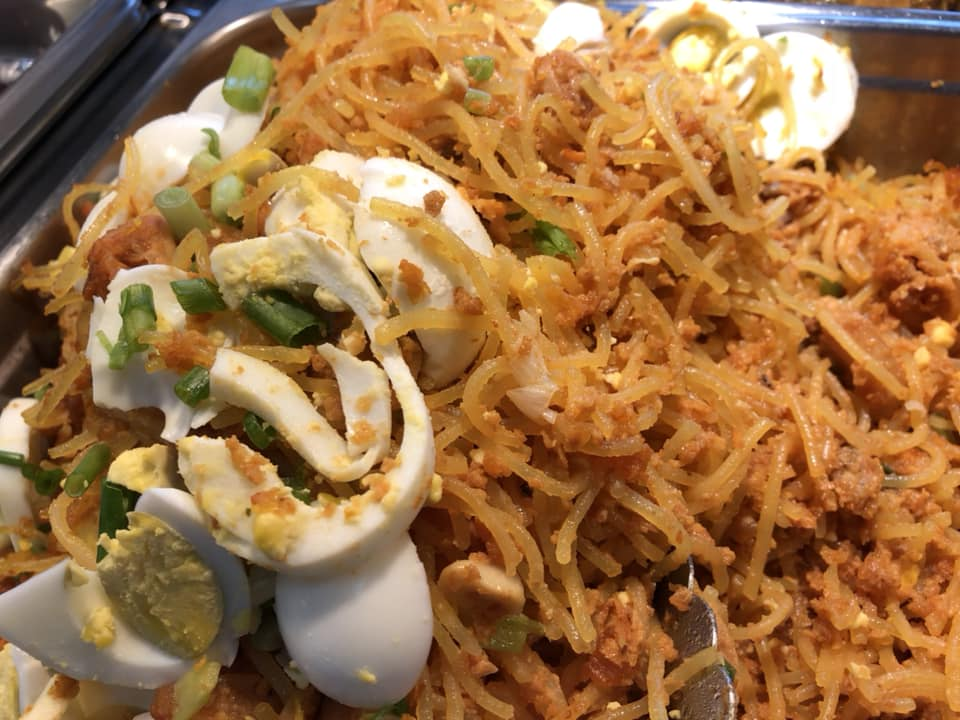 thin rice noodles with egg and vegetables
