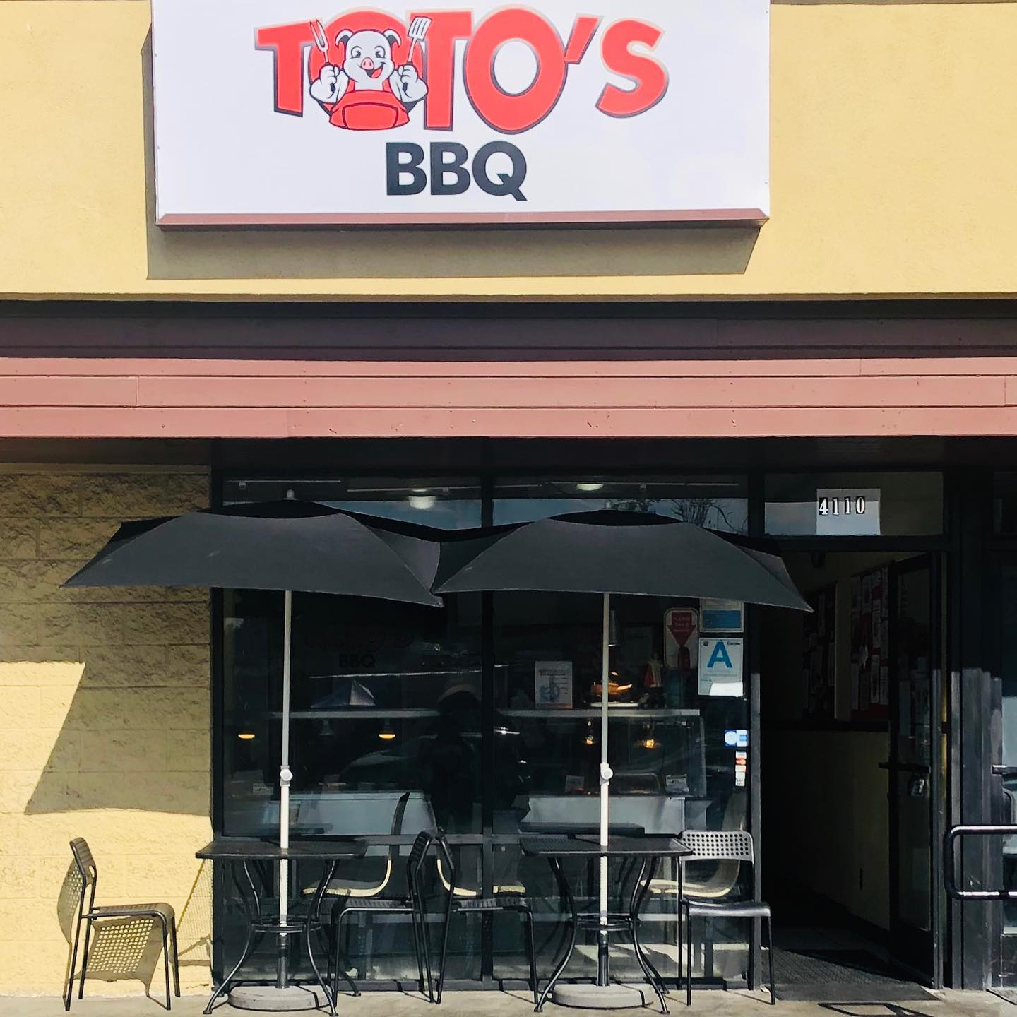 front entrance to tot's bbq