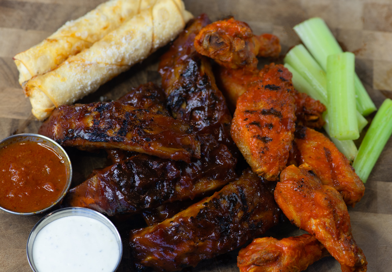 Park Sampler: 6 Wings / 2 Mozz Rolls / 6 BBQ Ribs