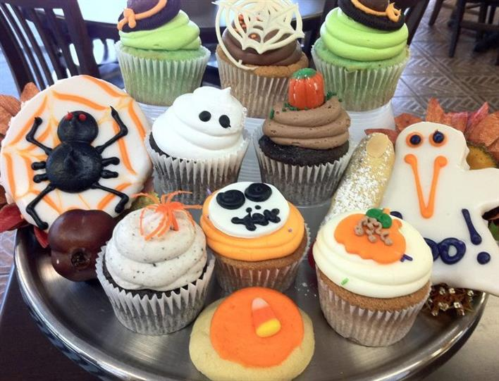 Several cupcakes with Halloween decoration
