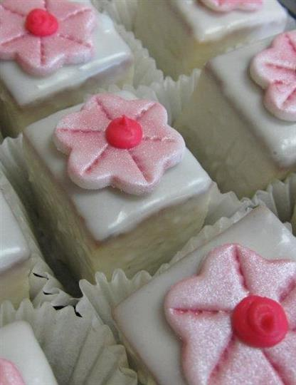 White mini cakes with pink sugar flowers