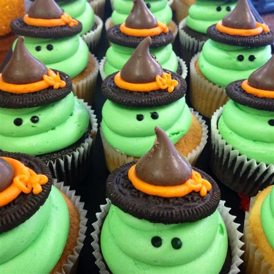 Cupcakes with green frosting and and oreo-chocolate hut