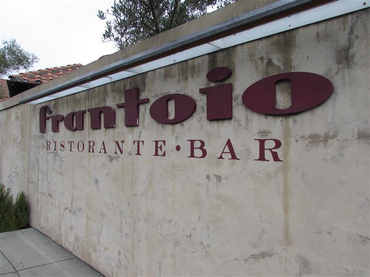 Ourdoor shot of Fratnoio bar & restaurant