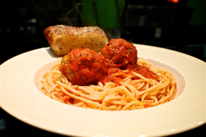 Spaghetti and meatballs again with garlic bread