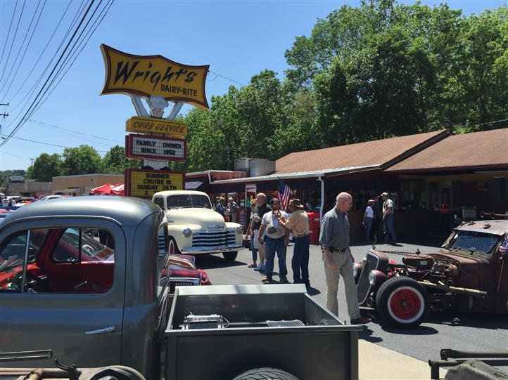 Outdoor shot of Wright's Dairy Rite with several antique cars
