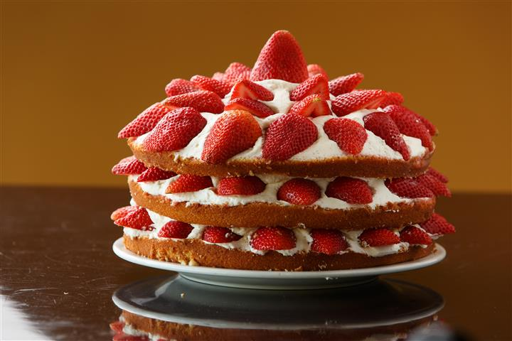 Strawberry cake with cream