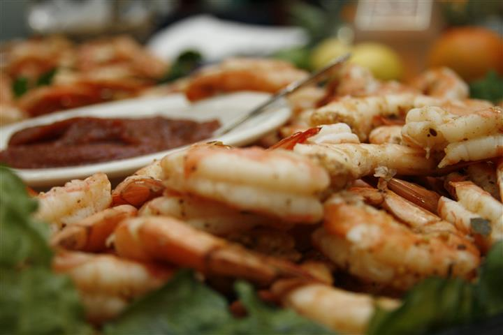Shrimp platter with dipping sauce