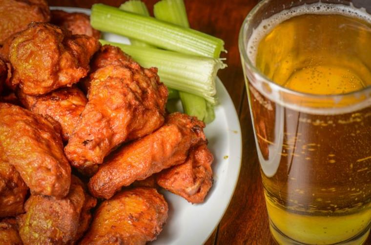 buffalo wings with clery sticks and a light beer