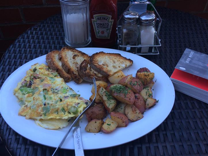 Omelette with homefries and toast
