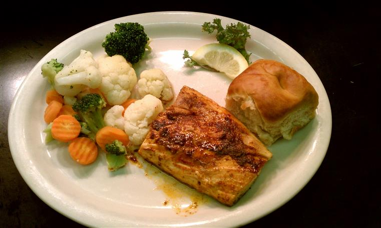 Mahi Mahi fillet with vegetables and buttered roll