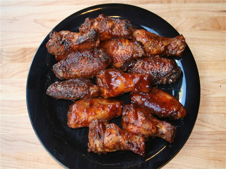 plate of barbeque chicken wings