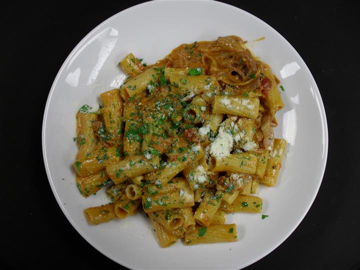rigatoni with sauce and parsley