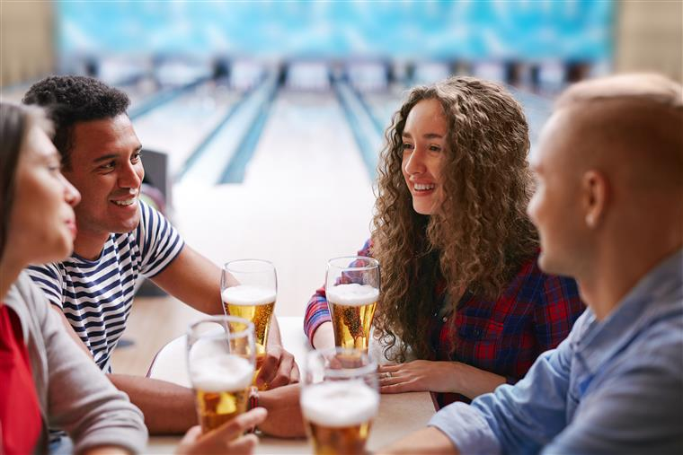 four people drinking beer