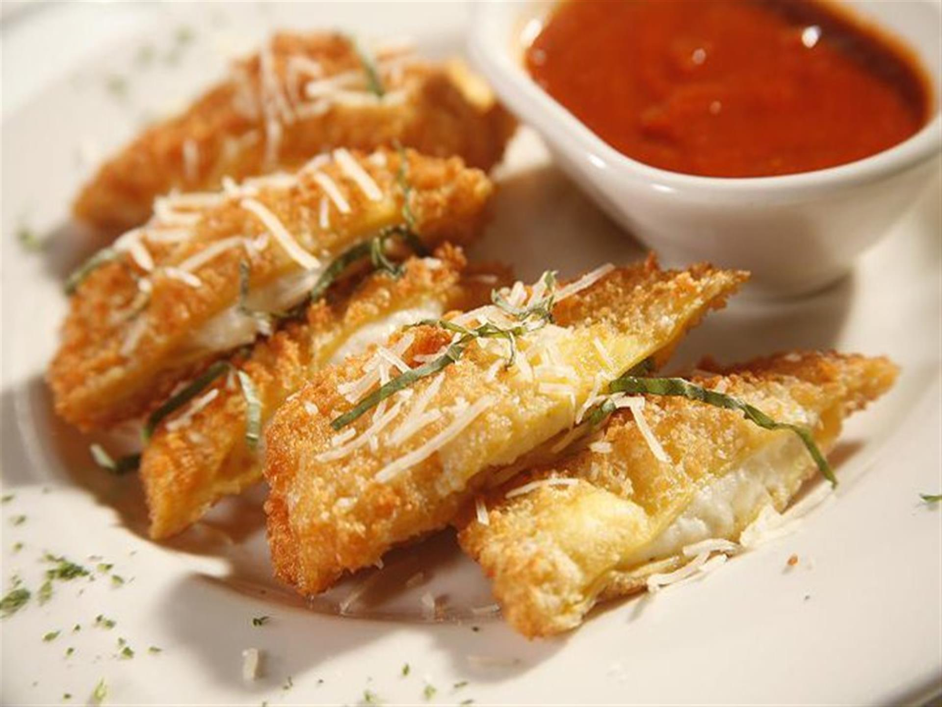 mozzarella sticks with dipping sauce