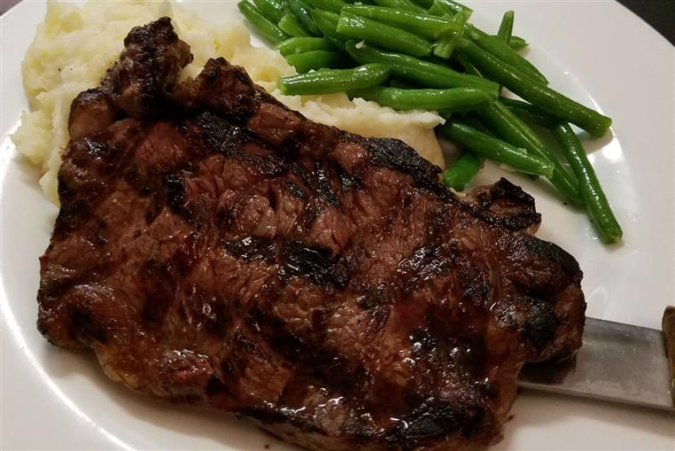 steak, mashed potatoes and green beans